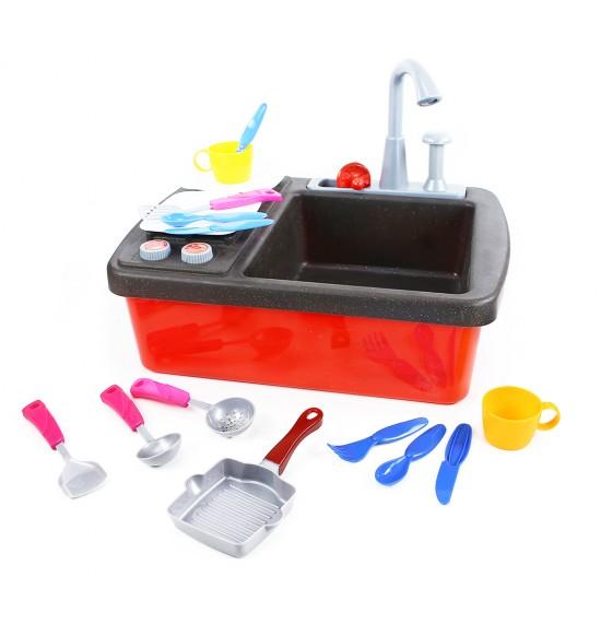 drez s vodnou pumpou, sporákom a kuchynským príslušenstvom